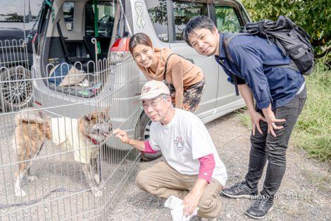秋田犬千くんとボランティアスタッフ大河原さん